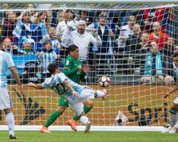 Argentina goleó a Bolivia, se clasificó invicta y espera por Venezuela en cuartos de final