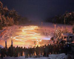 Este martes se realiza la tradicional bajada de antorchas en Cerro Bayo. Mirá el estado de pistas