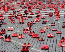 Neuquén se inundará de Zapatos Rojos en la Semana de los Derechos Humanos para visibilizar la violencia contra las mujeres